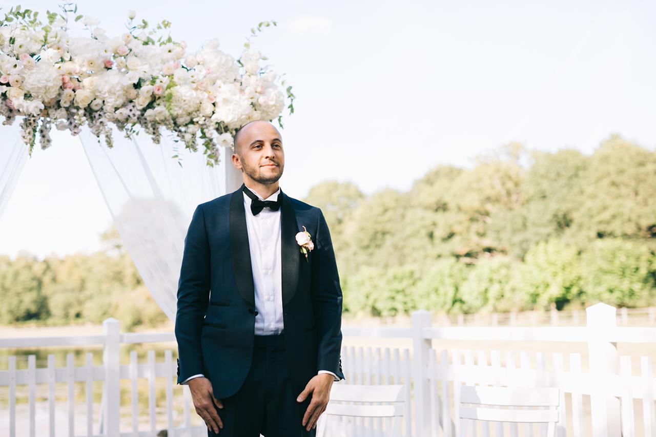 Le marié qui Regarde sa Future femme Un Mariage au Domaine de la Butte Ronde Yeter Kurt Photography
