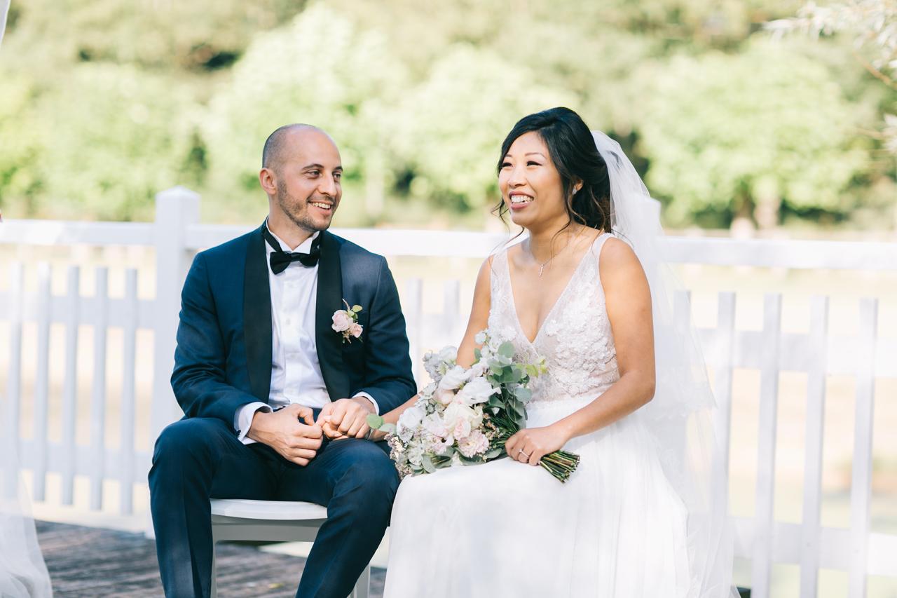 Couple Heureux dans Leur Cérémonie Laïque au Domaine de la Butte Ronde Yeter Kurt Photography