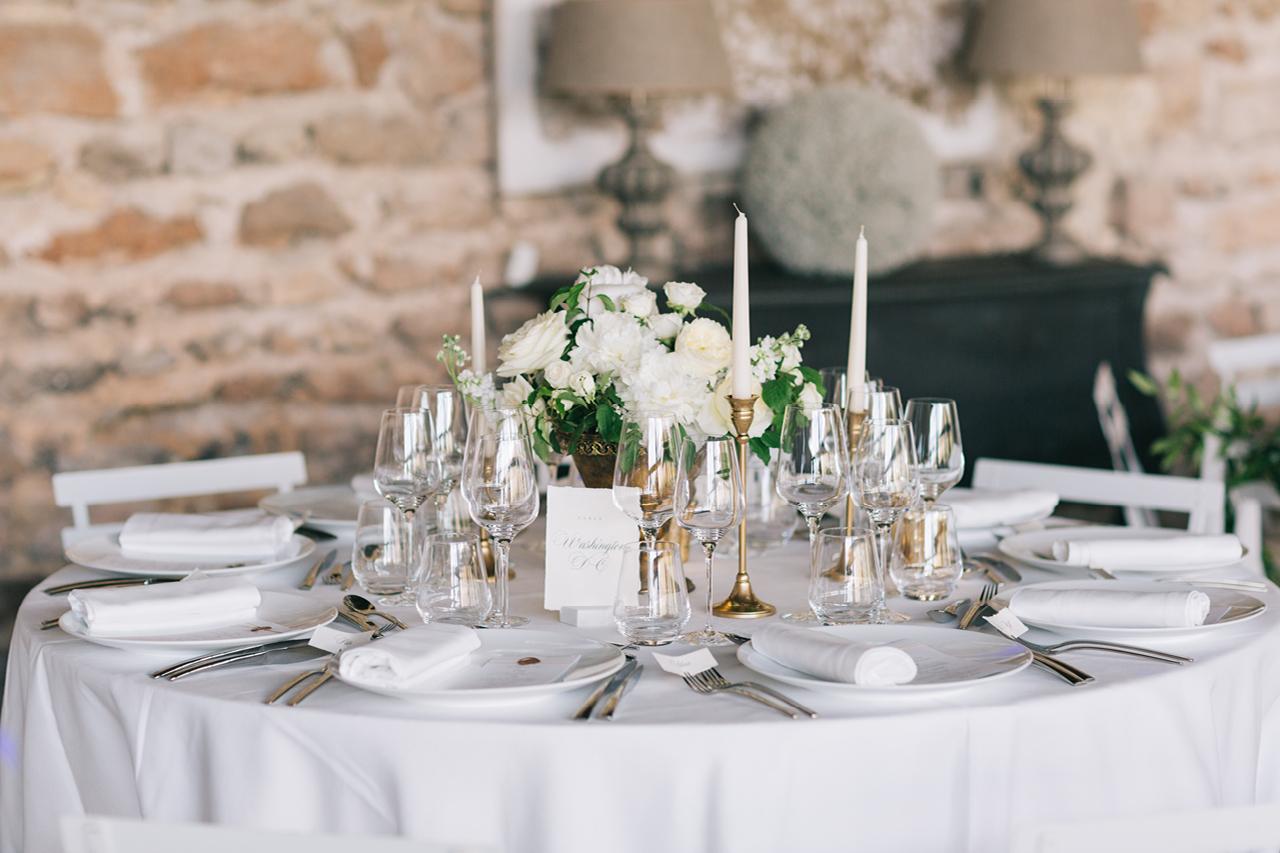 Decoration florale pour table de mariage Un mariage aux domaines de patras avec une table épurée Yeter Kurt Photography un domaine au coeur de la Drome provençale