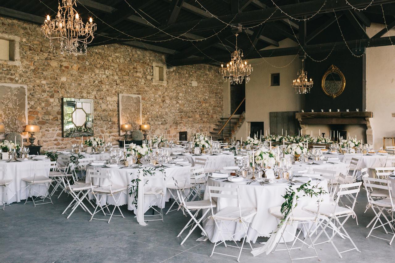 Décoration florale mariage table Déco florale Mariage et Vu sur toutes les tables de mariage aux domaines de patras en provence photographe de mariage en provence et drome salle de réception