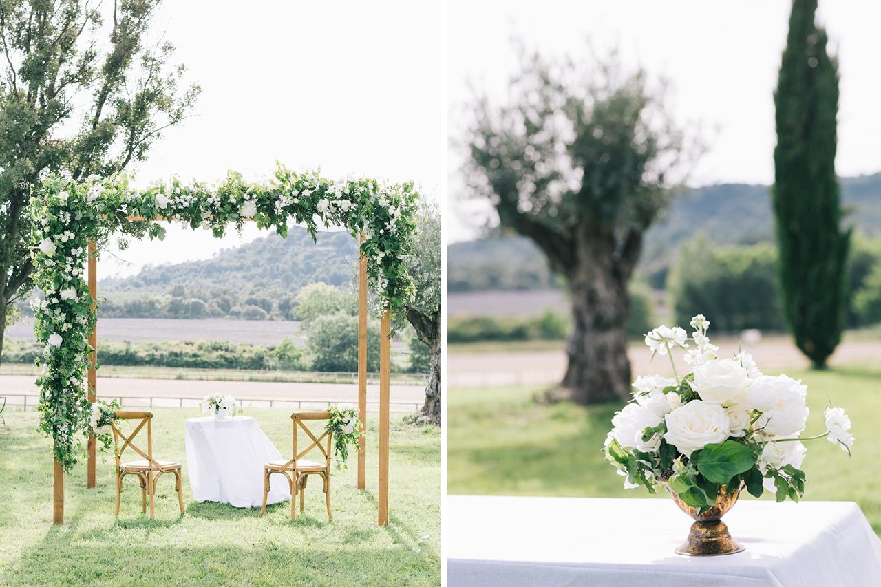 une ceremonie religieuse sous le soleil en provence aux domaines de patras avec une décoration florale magnifique avec fleurs de fée