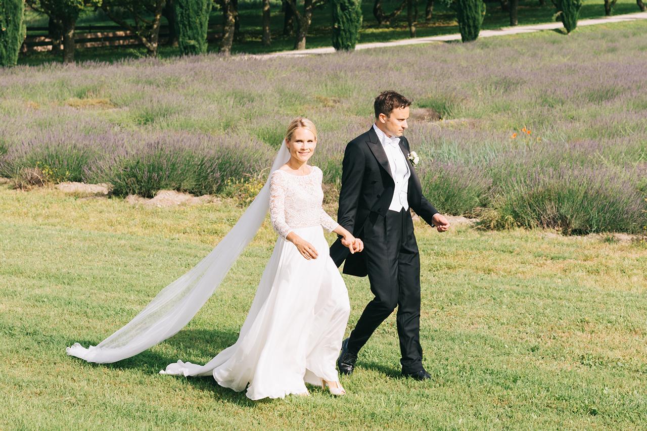 Magnifique couple aux domaines de patras dans un champ de lavande en Provence Yeter Kurt Photography domaine au coeur de la Drome provençale