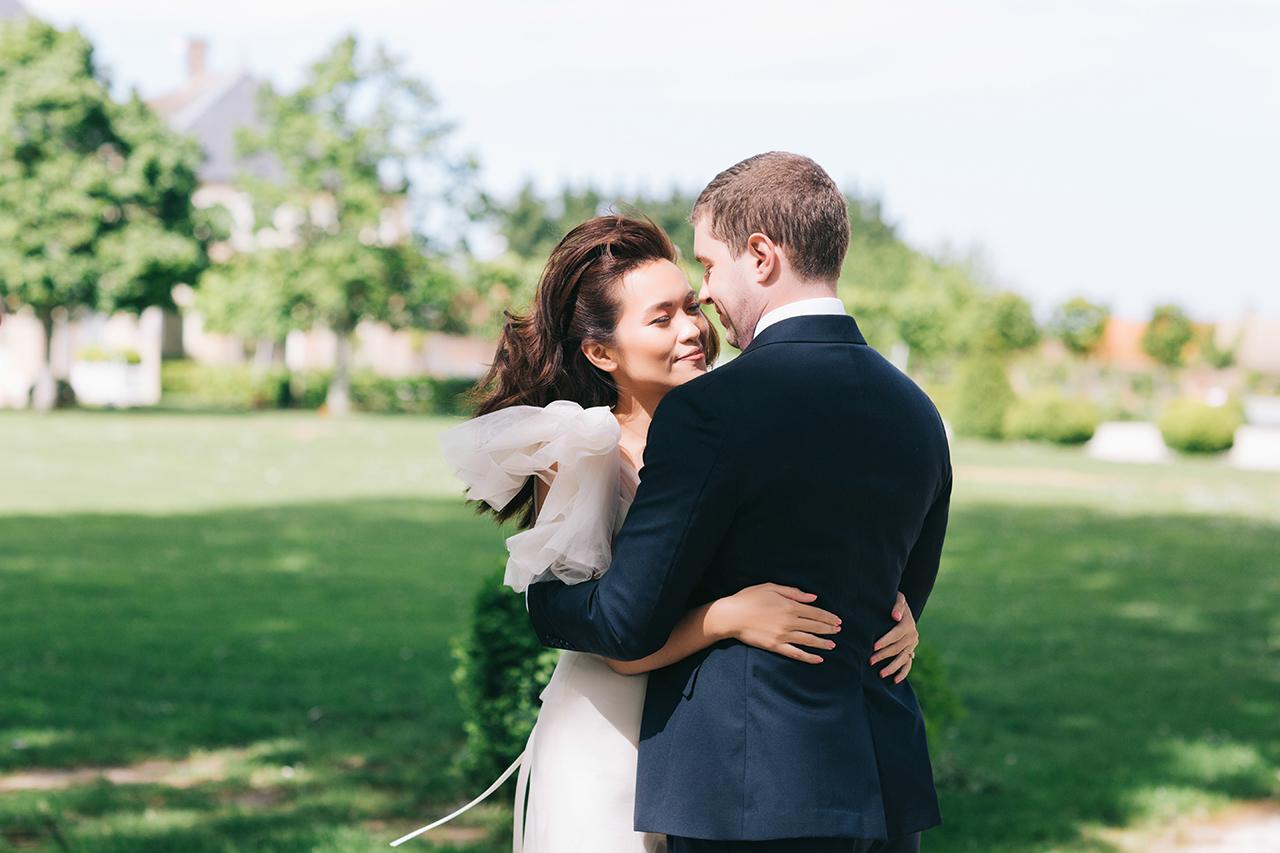 photo couple dans le jardin au château de varennes bourgogne