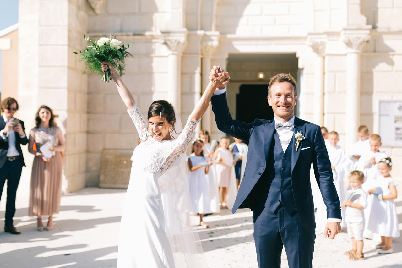 Sorti des Mariés Mariage religieux au Sanctuaire saint joseph de Roussas dans la Drôme Provençale