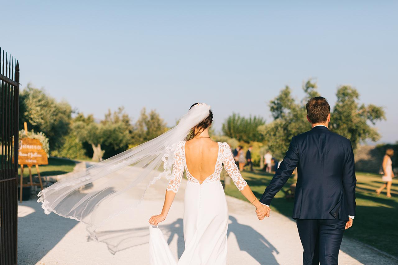 Robe de mariée dos nu Victoire Vermeulen au DOMAINE DE SARSON DANS LA DROME