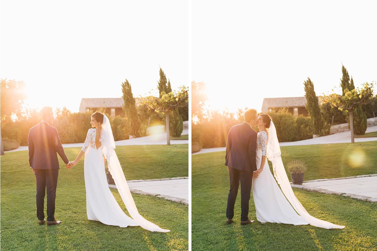 Photo couple au coucher du soleil au domaine de sarson Robe Victoire Vermeulen Costume Scabal sur Mesure