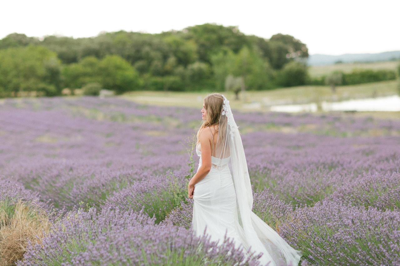robe de mariée rime arodaky dans la lavande les domaines de patras